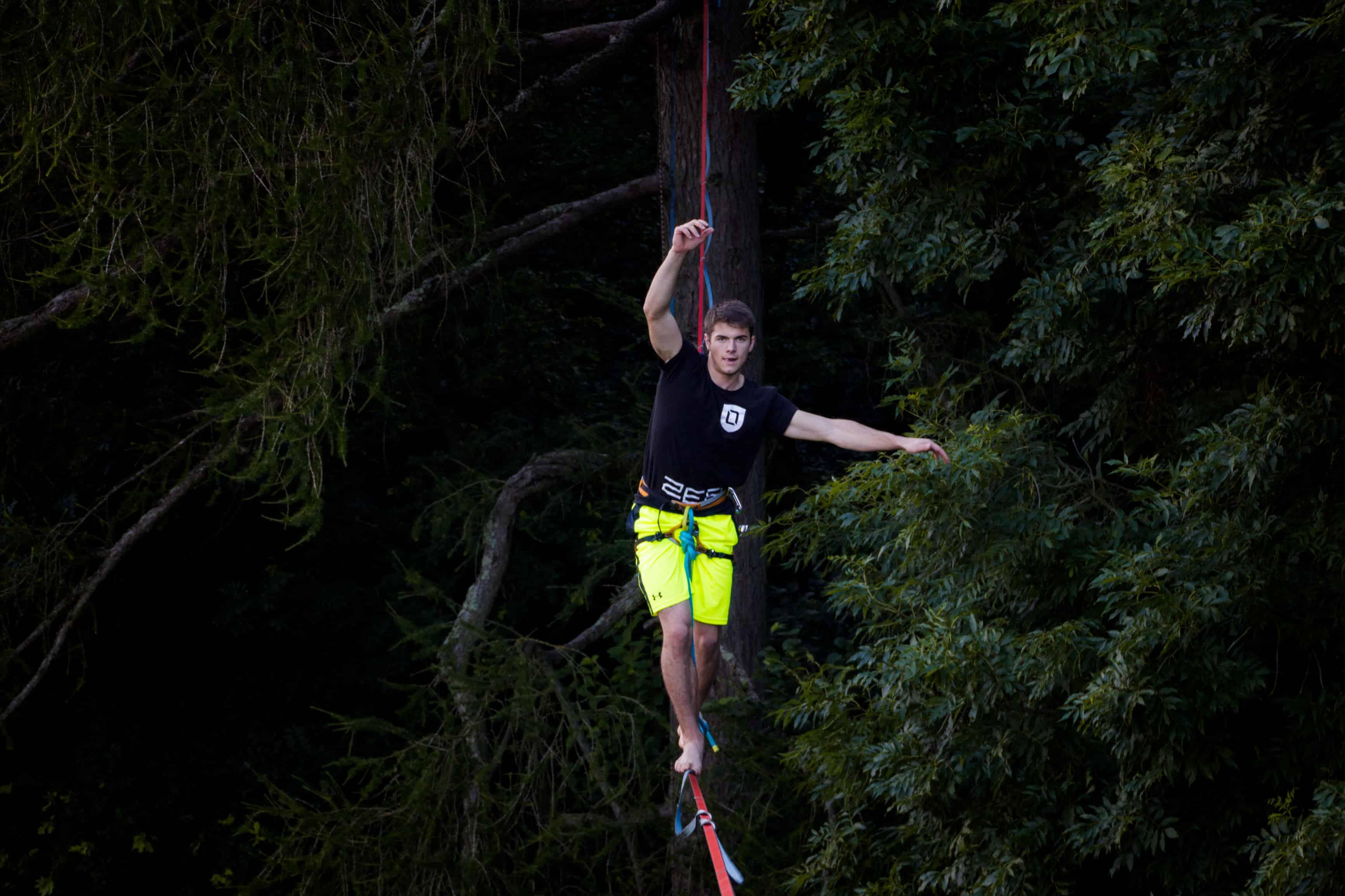 onetotwo athlete moritz hamberger auf einer highline im wald total konzentriert