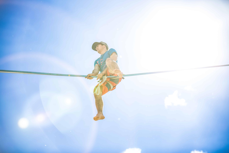onetotwo Athlete Moritz Hamberger auf einer Highline in einer Gegenlichtsituation