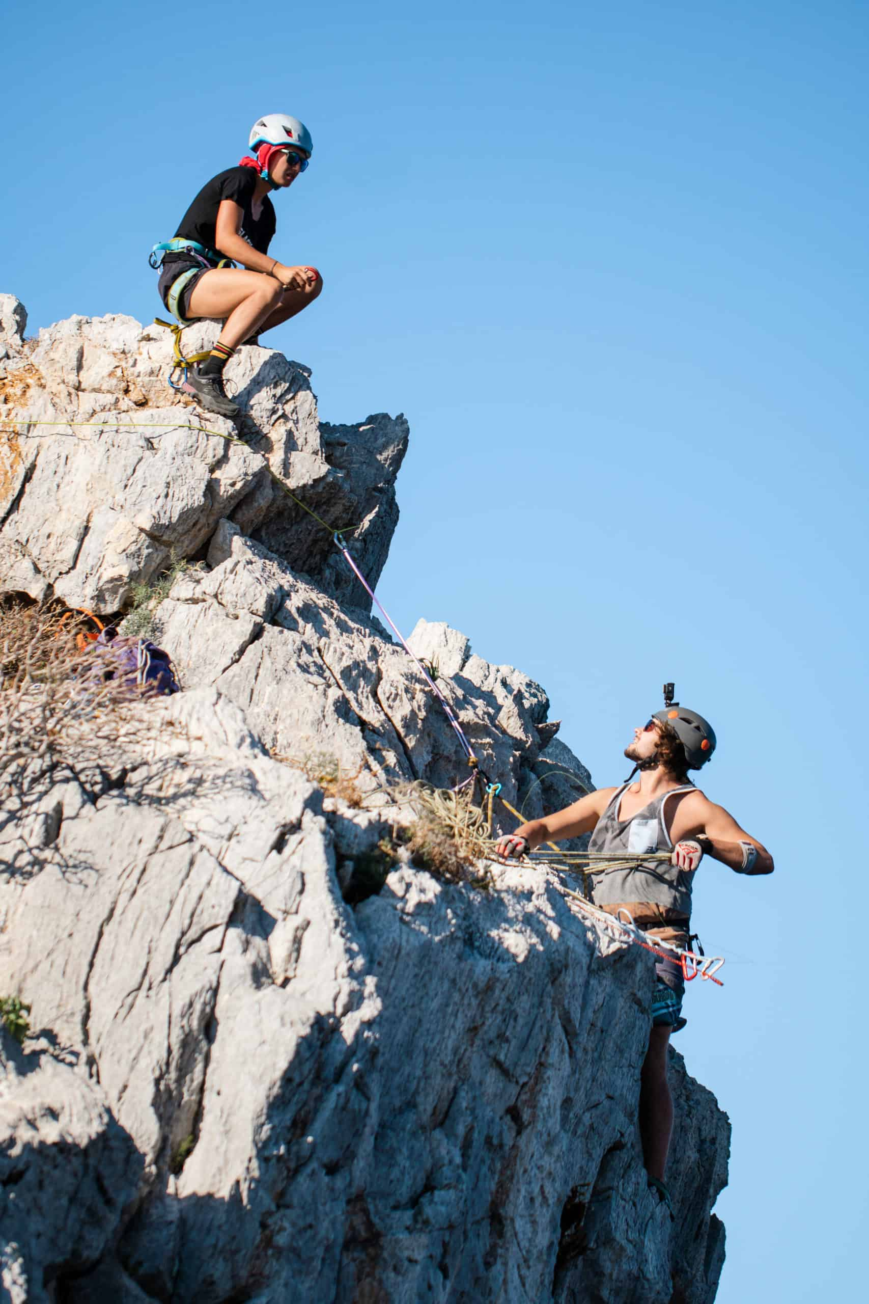 onetotwo Projekt Connecting Islands - Flo Zoller klettern am Pan di Zucchero herum um die Highline zu spannen