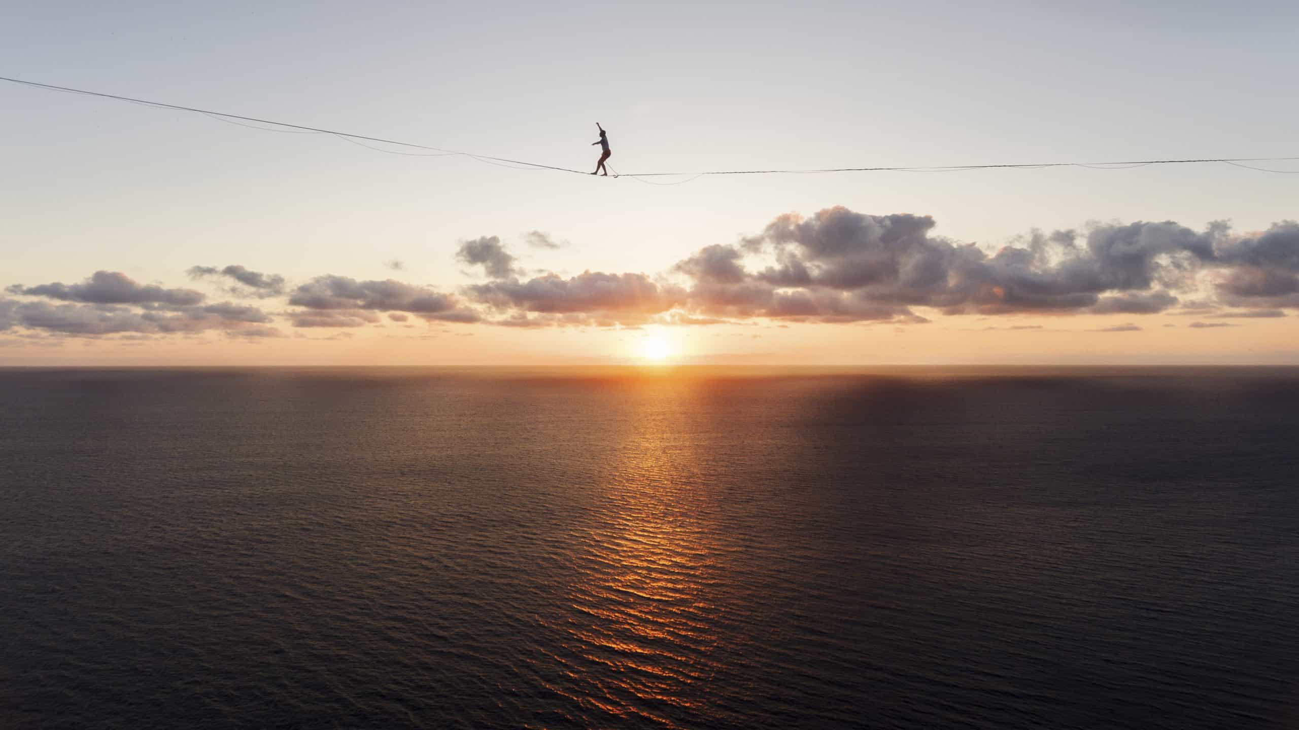 onetotwo Projekt Connecting Islands - Moritz Hamberger läuft auf der 490m langen Highline vor dem Sonnenuntergang