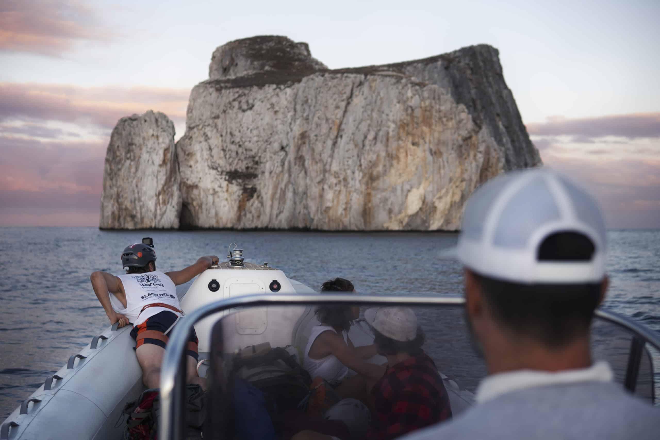 onetotwo Projekt Connecting Islands - Quirin Herterich lehnt auf dem Rand eines Boots mit Blick auf den Pan di Zucchero