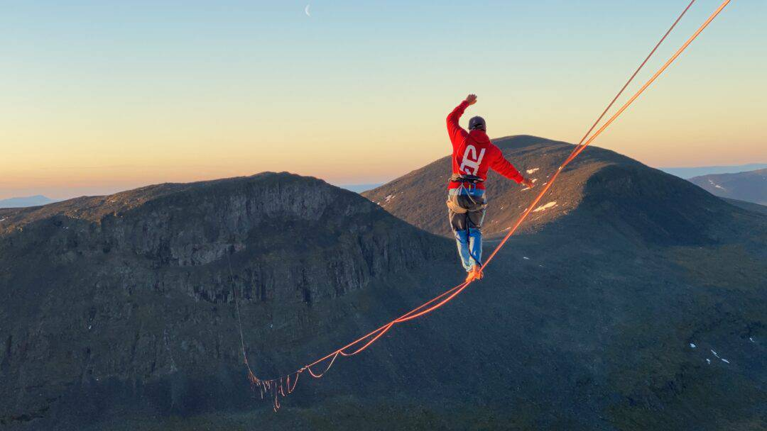 Quirin Herterich stellt neuen Highline Weltrekord in Lapporten auf